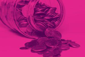 Imagem inspiracional representando o investimento em Renda Fixa. Um pote de vidro caído, com moedas esparramadas. Imagem em tons de rosa.