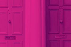 Imagem inspiracional representando o fundo imobiliário. Portas vintages de imóveis em tons de rosa.