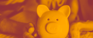 Imagem inspiracional representando o investimento CDB. Duas pessoas com um cofre de porquinho. Imagem em tons de sépia.