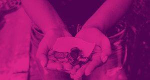 imagem de uma pessoa com dinheiro nas mãos aludindo ao investimento na bolsa.