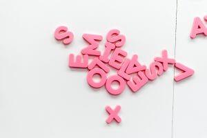 Imagem de diversas letras de plástico, representando as Letras de Crédito.