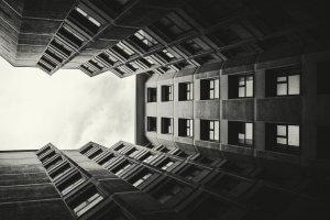 Fundos de Investimento | Imagem mostra um uma grande fachada de prédio vista de baixo