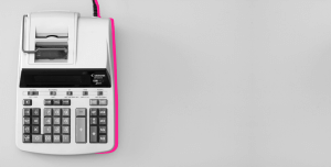 foto preto e branca com calculadora analógica - Independência Financeira